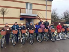 Соцпрацівники Ківерцівської громади зі своїми новенькими велосипедами