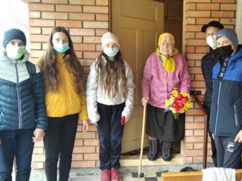 Човницькі школярі вітають старожилку та дитину війни