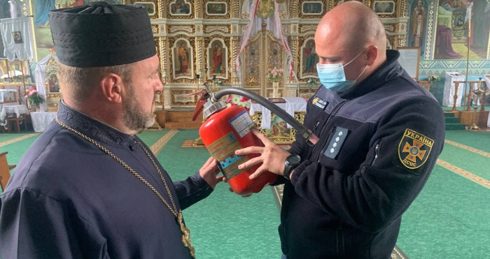 Рятувальник оглядає вогнегасник однієї з ківерцівських церков