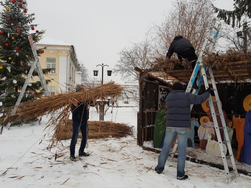 У Ківерцях встановлюють новорічну ялинку