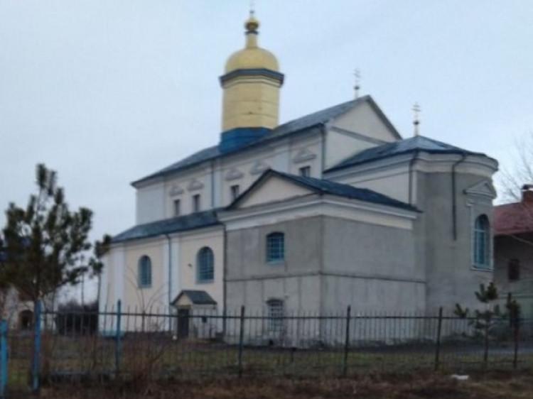 Хата біля Свято-Миколаївського храму у селі Жидичин