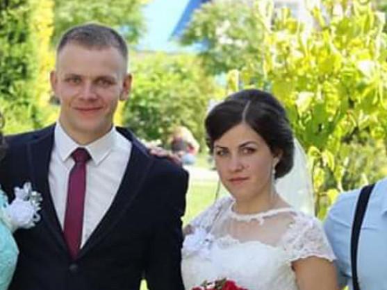 Щасливі молодята Віта й Олег Макаруки в день одруження.