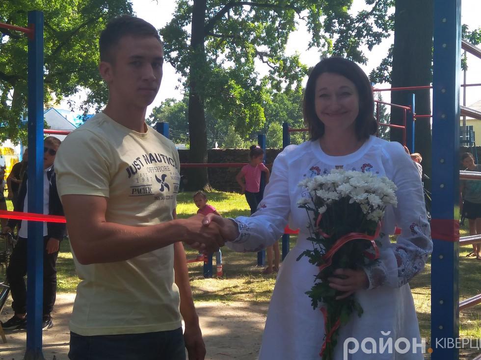 Назар Левчук отримує грамоту від Ірини Констанкевич