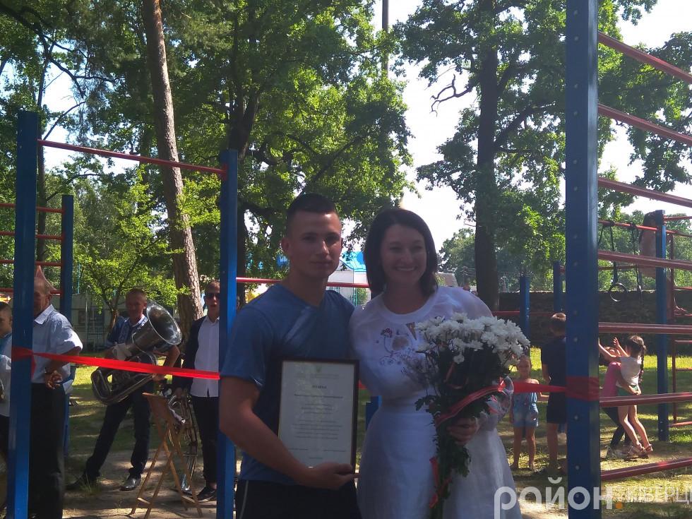 Сергій Черкашин отримує грамоту від Ірини Констанкевич