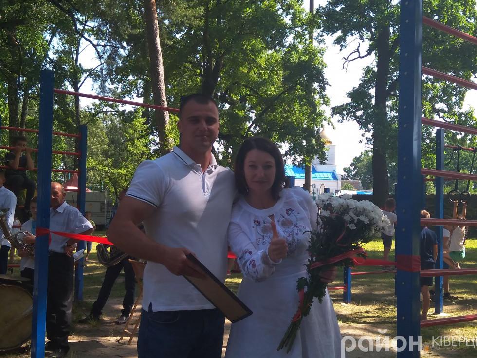 Павло Гетманчук отримує грамоту від Ірини Констанкевич