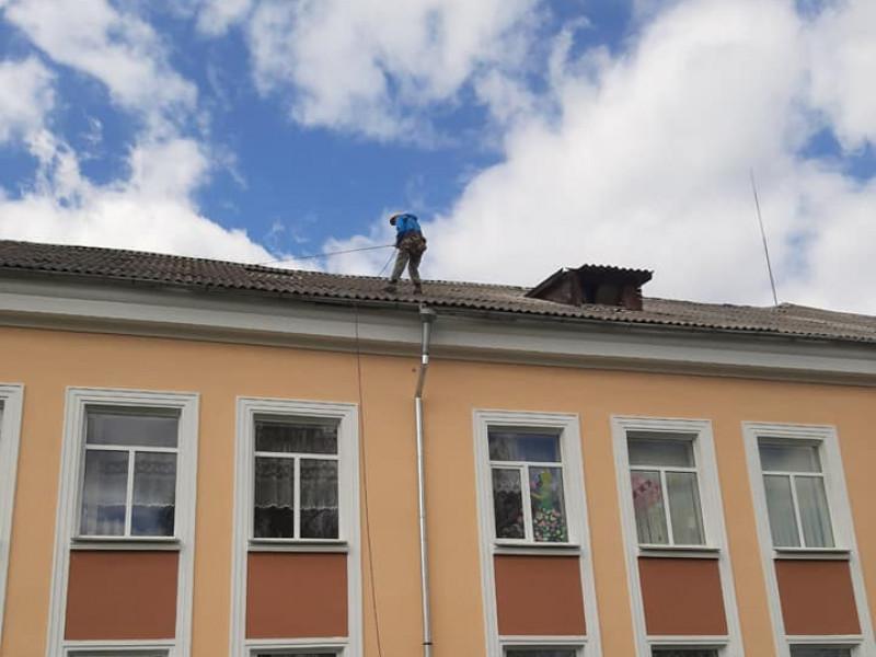 Після негоди у селі Тростянець ремонтували дах школи