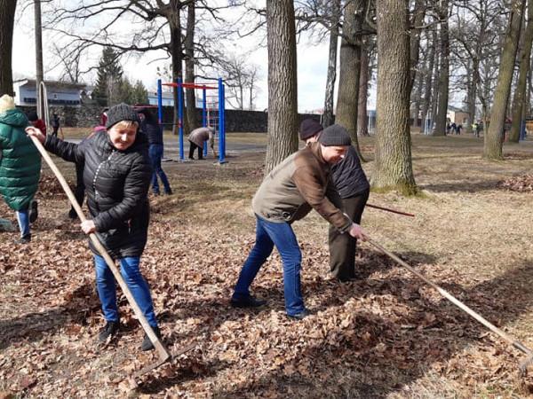 Фото із толоки у Ківерцівському міському парку