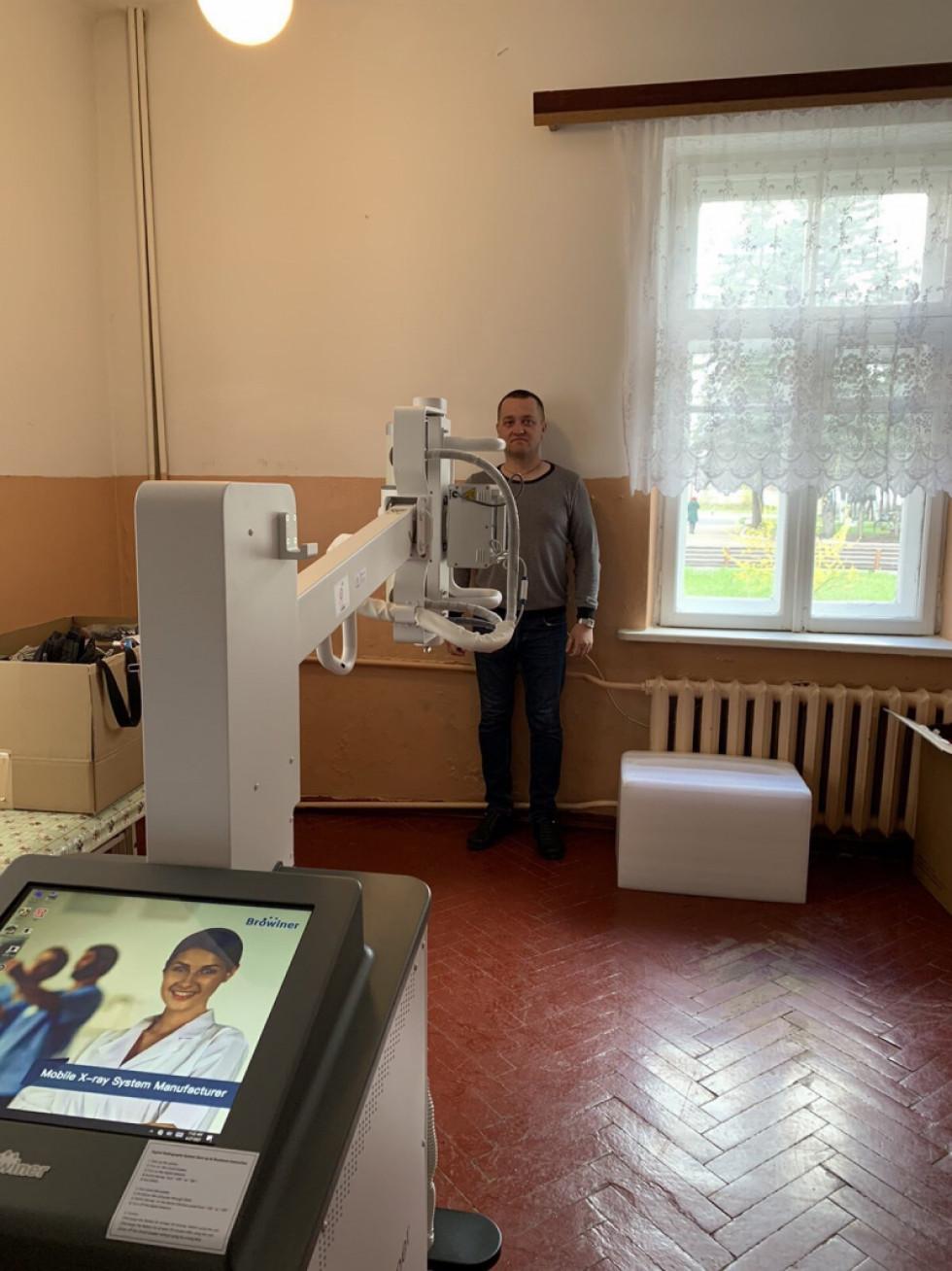 Заступник міського голови Ківерців Віктор Лисюк випробовує на собі нове медичне обладнання – рентгенівський апарат