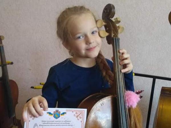 Вихованка Ківерцівської дитячої музичної школи з інструментом та грамотою