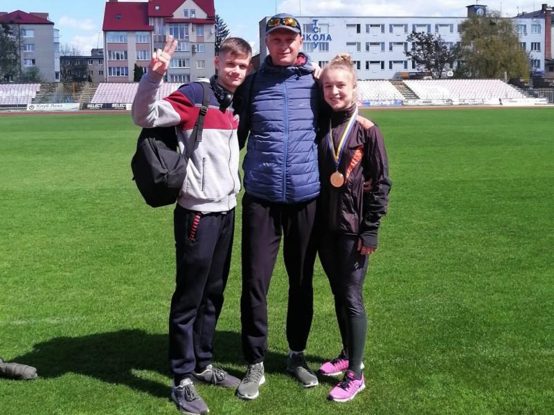Спортсмени з тренером на змаганнях