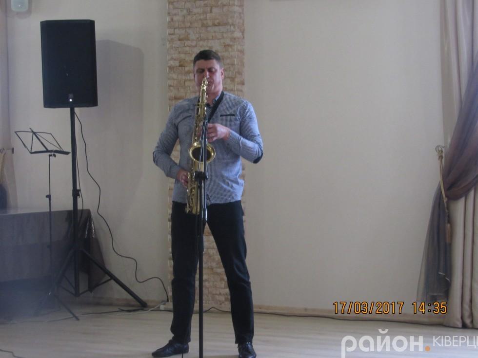 Директор Ківерцівської музичної школи Валентин Окапінський  зіграв на саксофоні