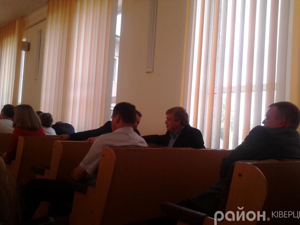 Кандидат на посаду голови Ківерцівської райради Олександр Кушнір перемовляється з сусідом