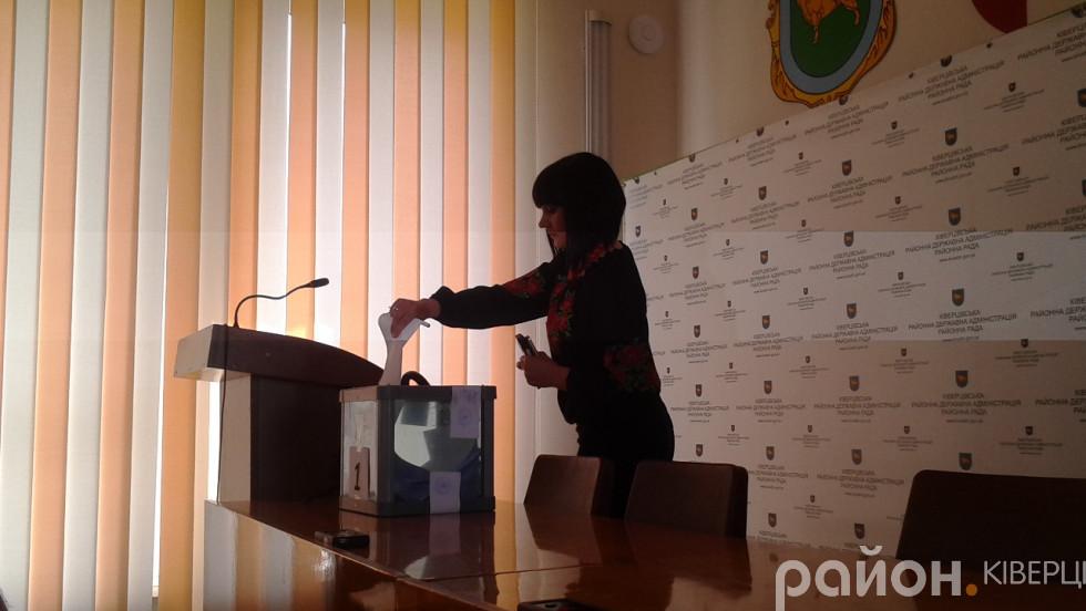 Представниця Радикальної партії Олега Ляшка Яна Церкевич голосує за кандидата на посаду голови Ківерцівської райради