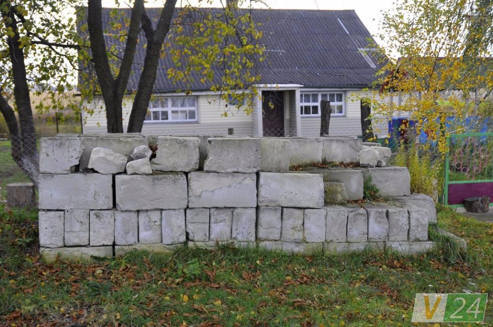 Перед діючим садком - блоки, з якого мали зводити добудову