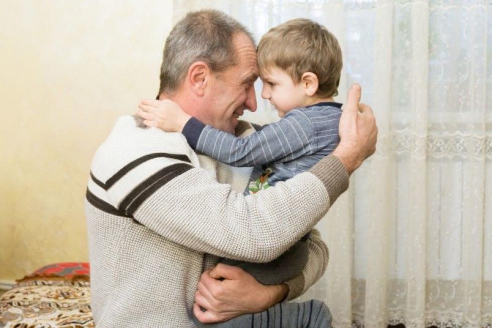 Врятованого малюка Валентин Йосипович обіймає як рідного внука