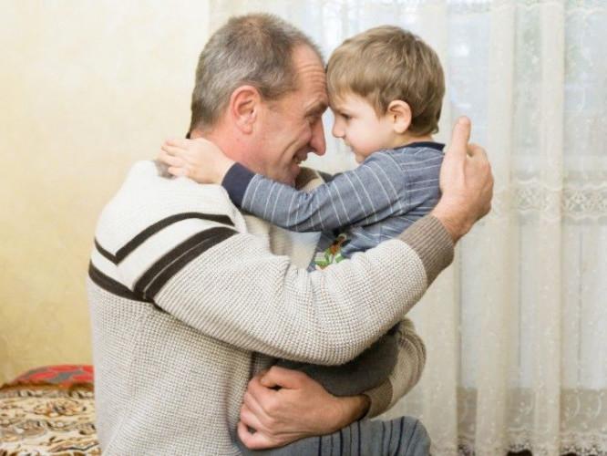 Маленький Стасик зі своїм рятівником