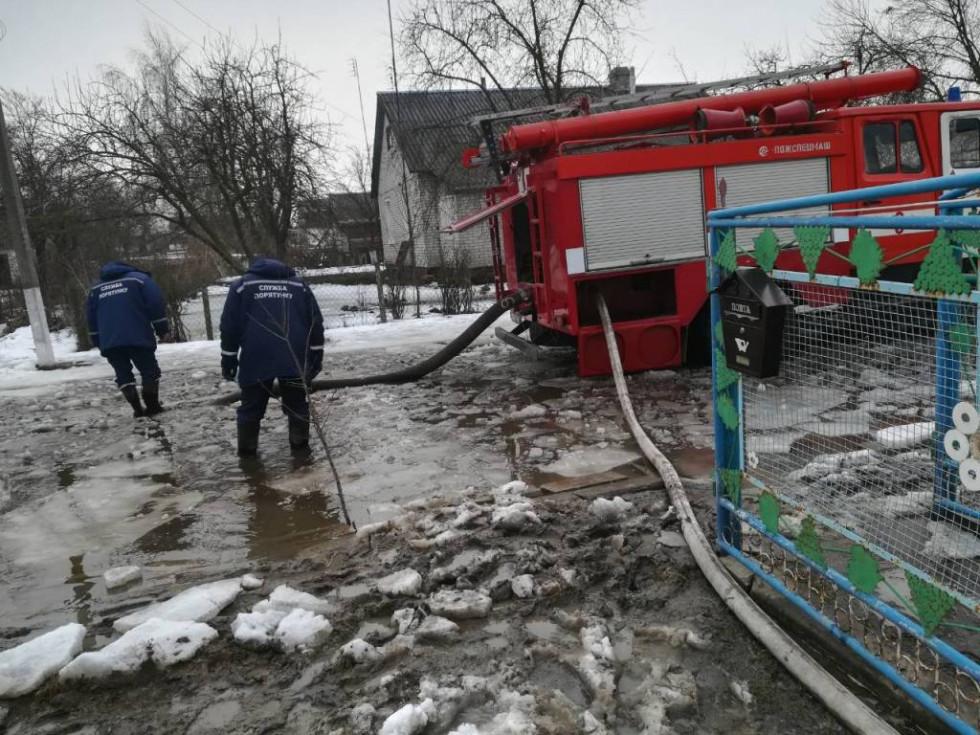Протягом 26-27 березня рятувальниками району проводяться заходи по ліквідації наслідків підтоплень у селі Дерно