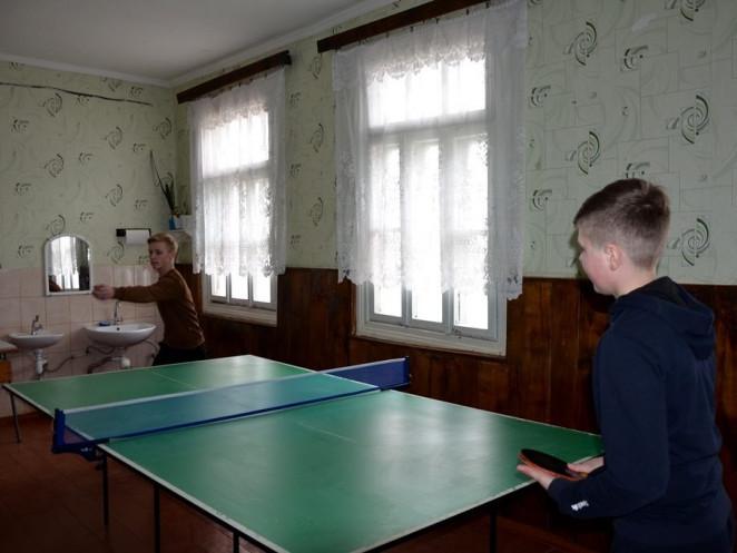 Новенький тенісний стіл для завітненських школярів