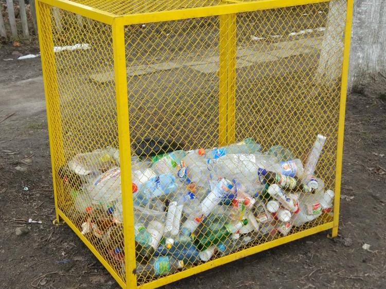 Такі контейнери для збору пластику встановили по всьому місту