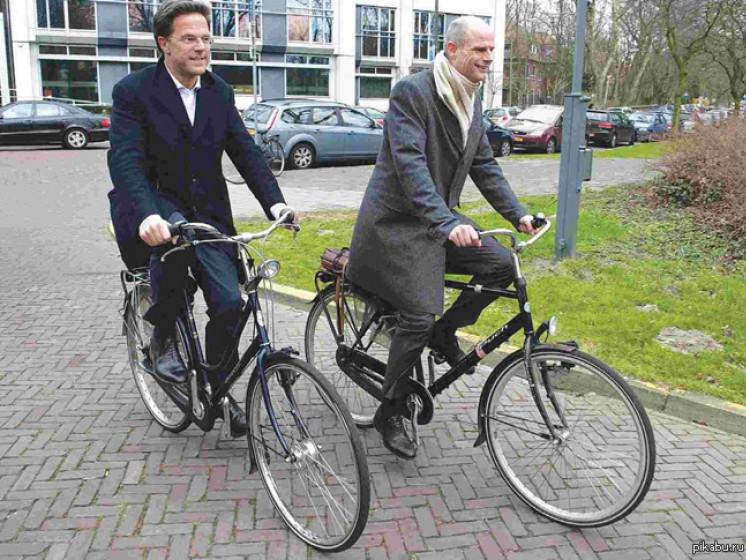 Нідерландські урядовці добираються на роботу