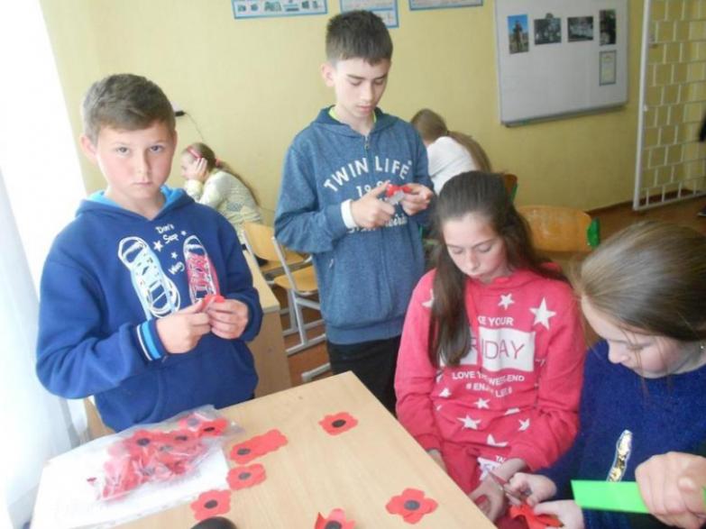 Юні рукодільники виготовляють «Мак пам'яті»