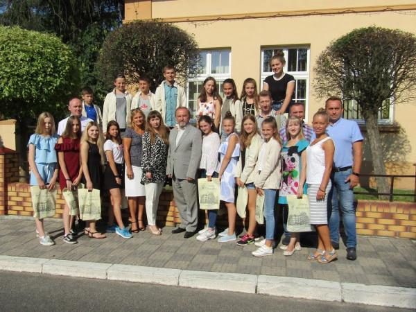 Вихованці центру дитячої та юнацької творчості представляли нашу українську культуру у танці і пісні.