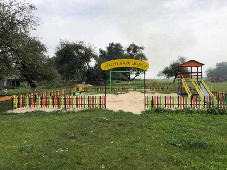 Дитячий ігровий майданчик у селі Лички
