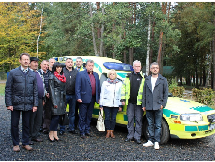 У селі Озеро швецький меценат передав автомобіль швидкої допомоги