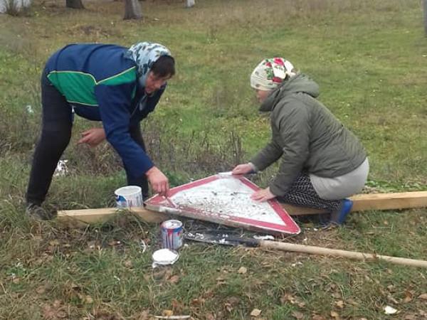 У селі Журавичі оновили старий дорожній знак