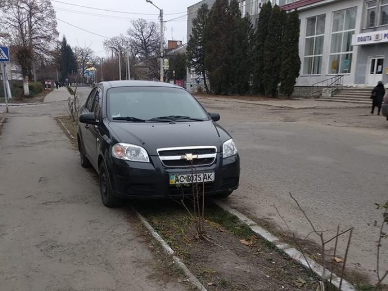 У Ківерцях авто припаркували прямо на клумбі