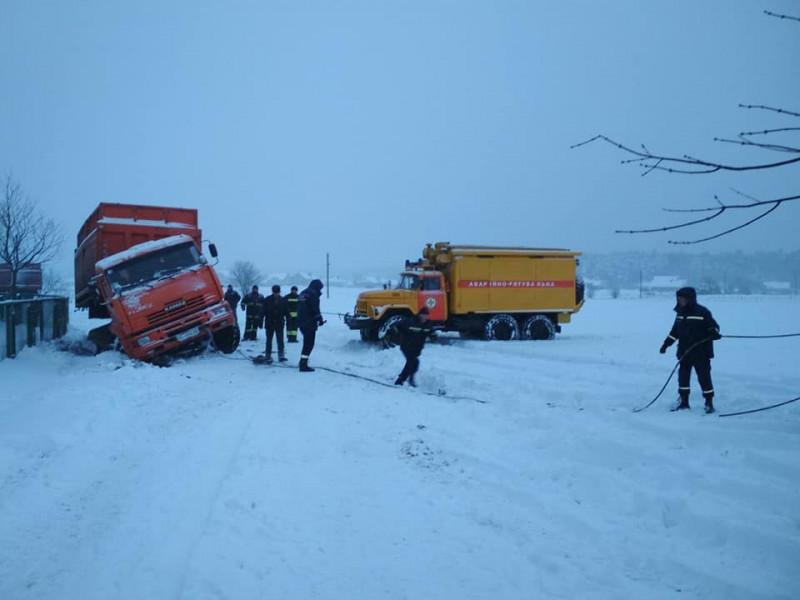 Поблизу села Жабка рятувальники витягнули із кювету вантажівку