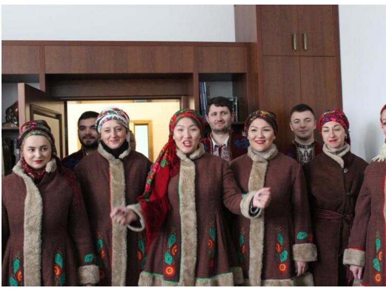 Артисти Будинку культури привітали керівників району з прийдешніми святами