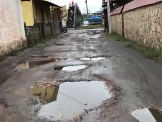 Ківерчанка показала окрасу міста – дорогу з ямами