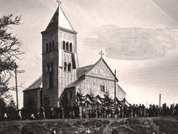 Цумань: унікальні світлини з будівництва костелу у 20-му столітті