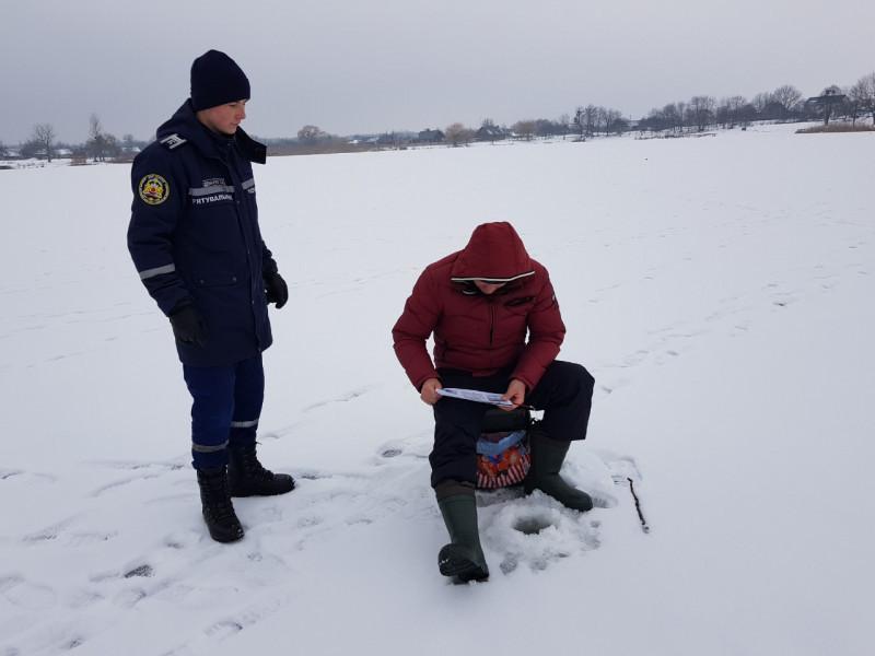 Озеро: рятувальники закликали місцевих рибалок не виходити на тонку кригу