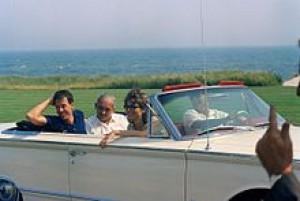 Президнт Джон Кенеді разом з сім'єю Радзівіллів і друзями їдуть в кабріолеті Hyannis Port, штат Массачусетс
