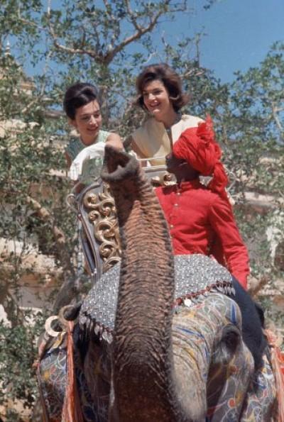 Лі Радзівілл і Джекі Кенеді катаються на слоні в Індії