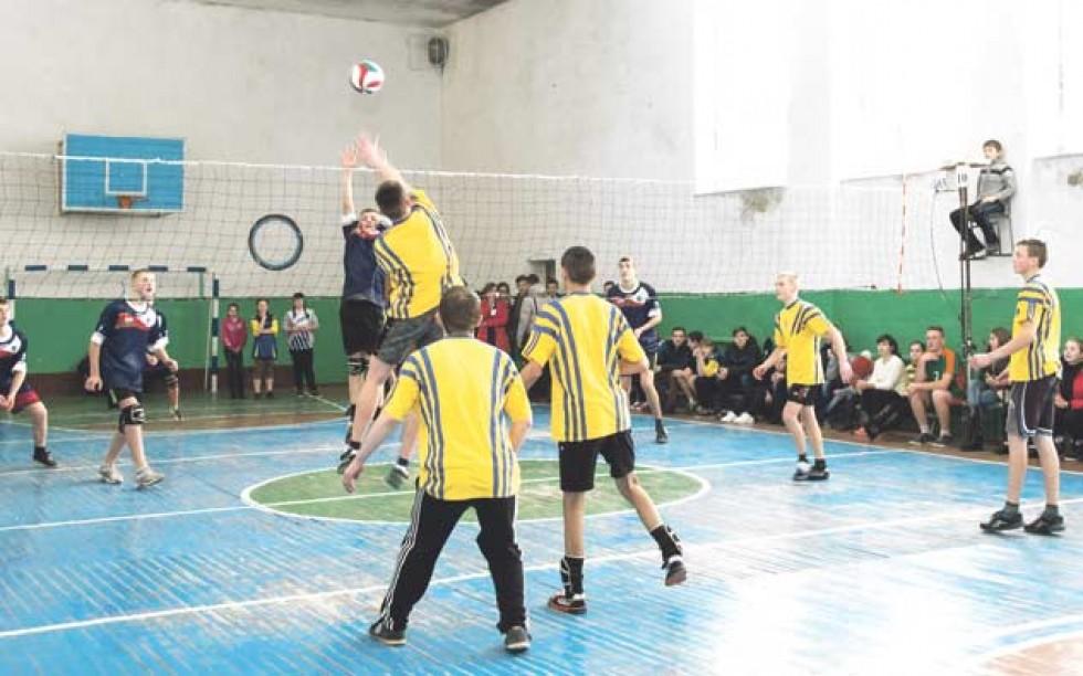 На турнірі з волейболу в Холоневичах змагаються всі довколишні школи.