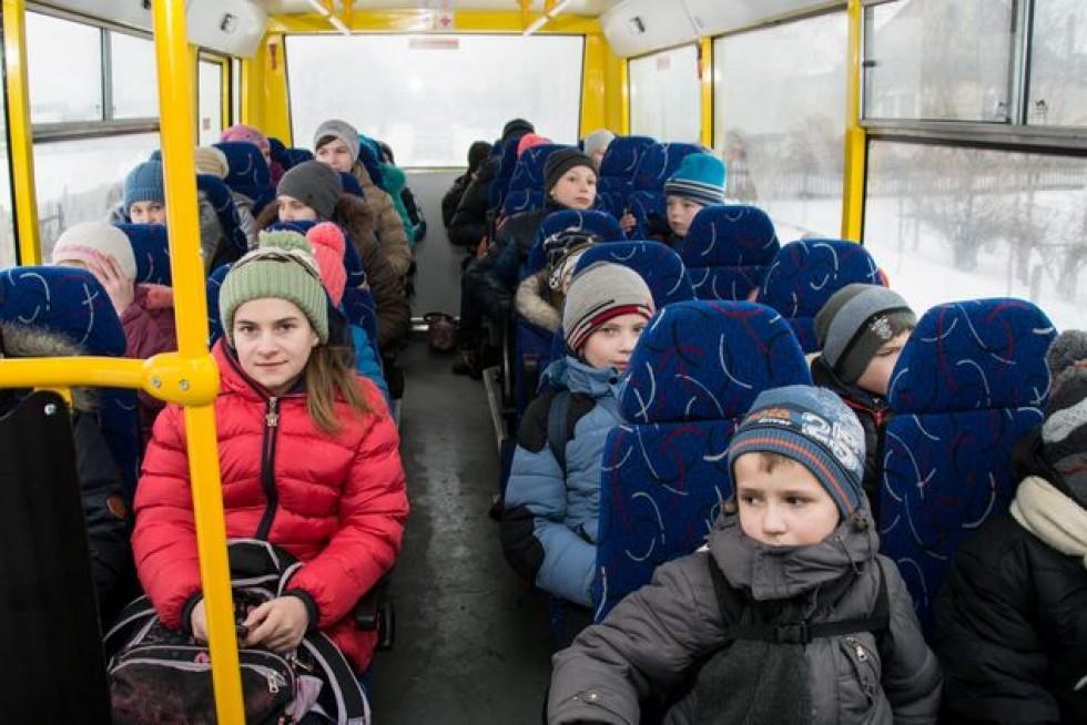Діти: «У старому автобусі в дощ ми сиділи з парасольками.
