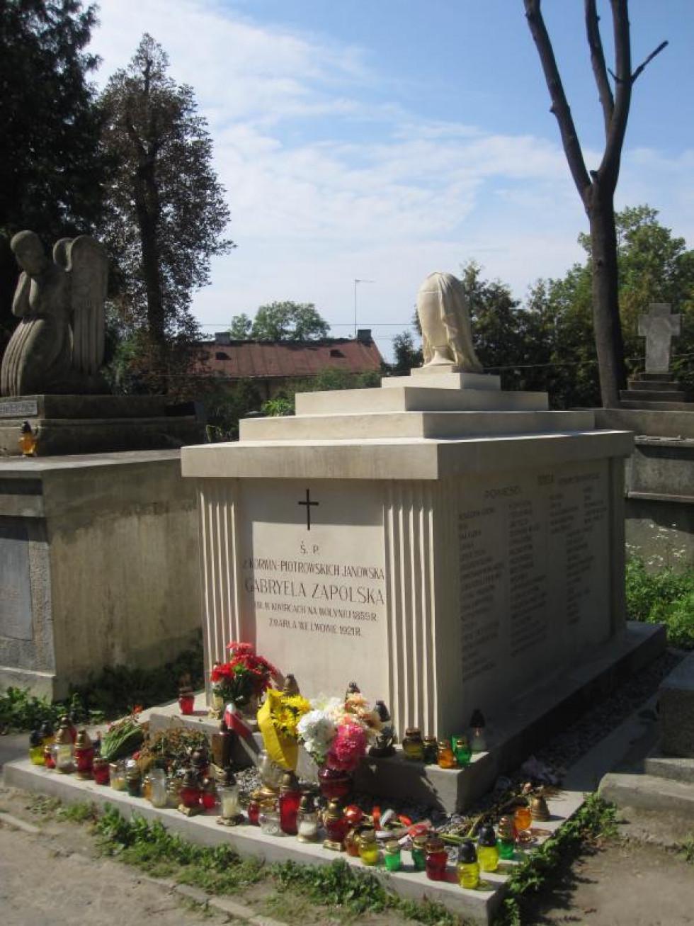 Могила Габріелі Запольської на Личаківському цвинтарі