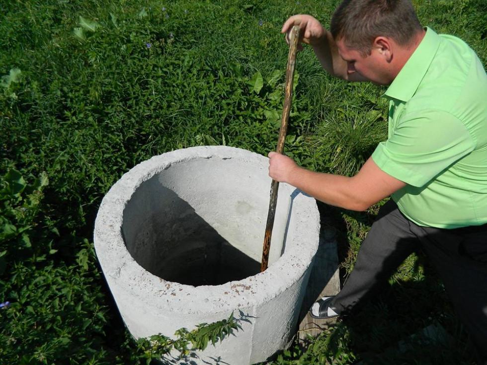 Голова сільської ради Юрій Мазнюк показує джерело біля церкви в селі Липне.