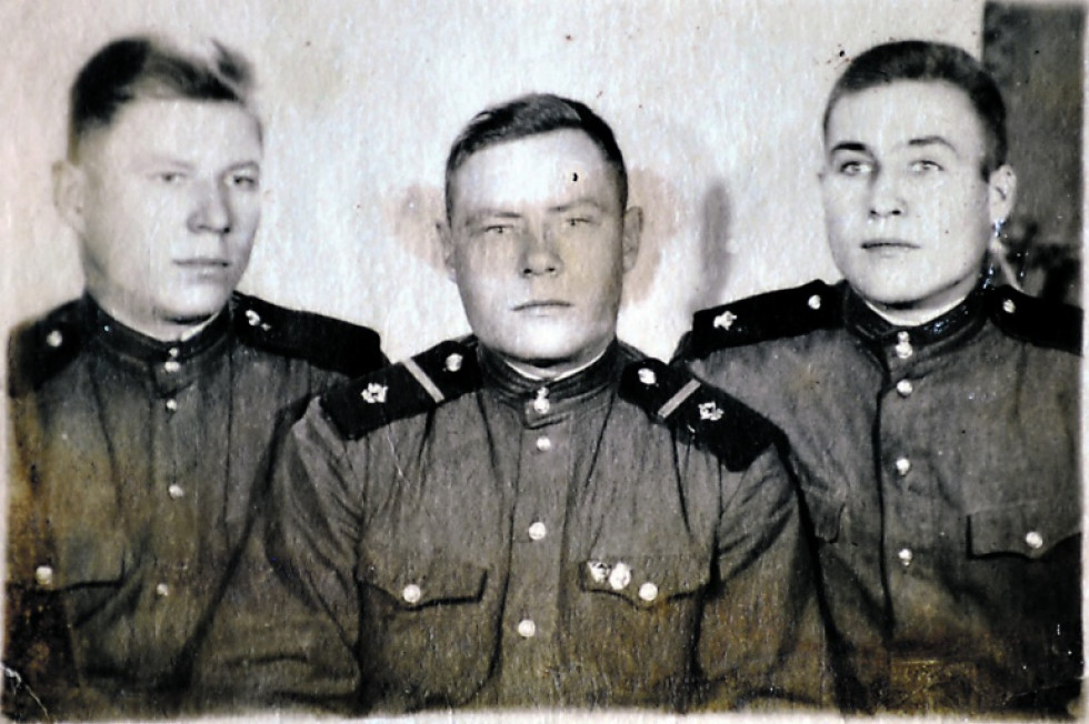 Степан Матвійович СТЕФАНОВИЧ (зліва) з товаришами по службі