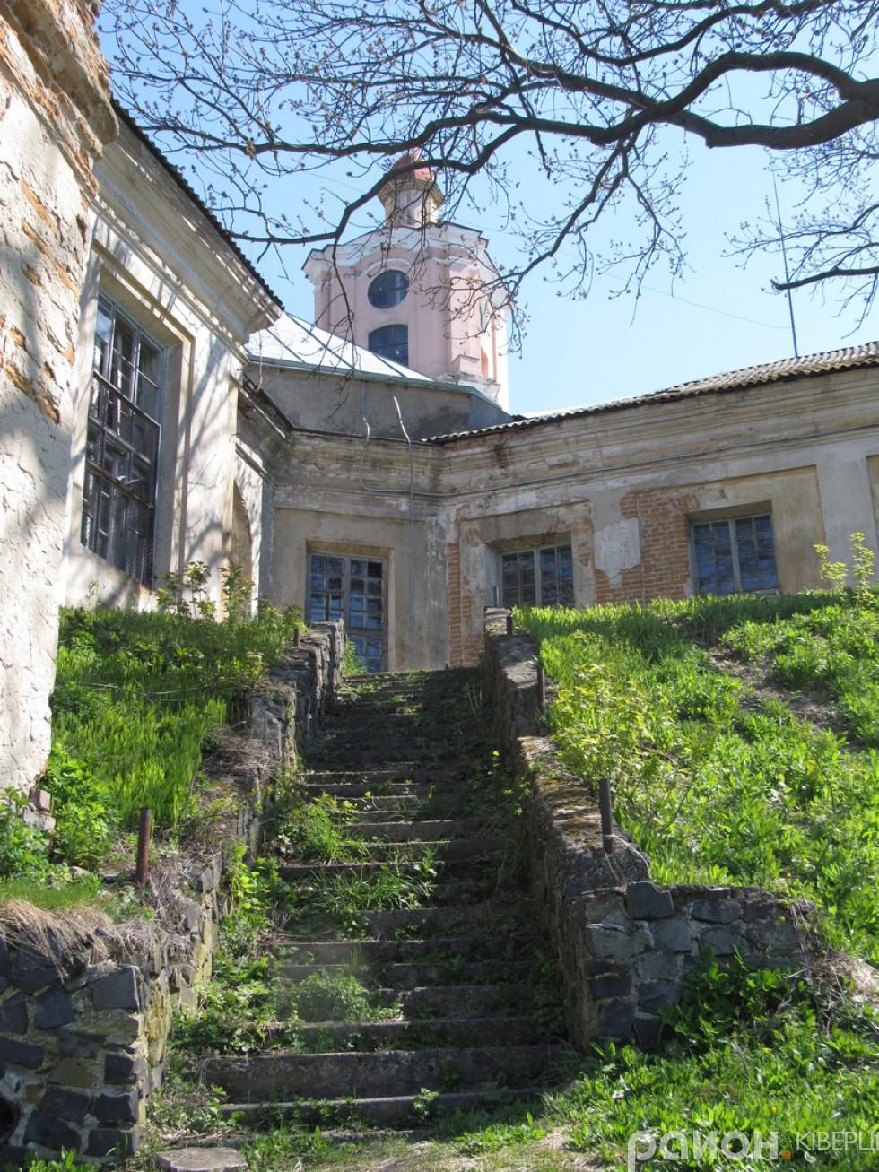 До замку, зведеного із чотирма бастіонами по кутах, було важко підступитися