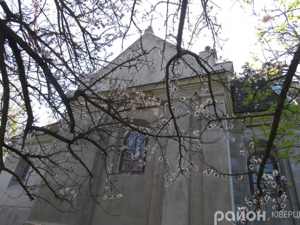 Цвітіння дерев досягає костелу святих Петра і Павла