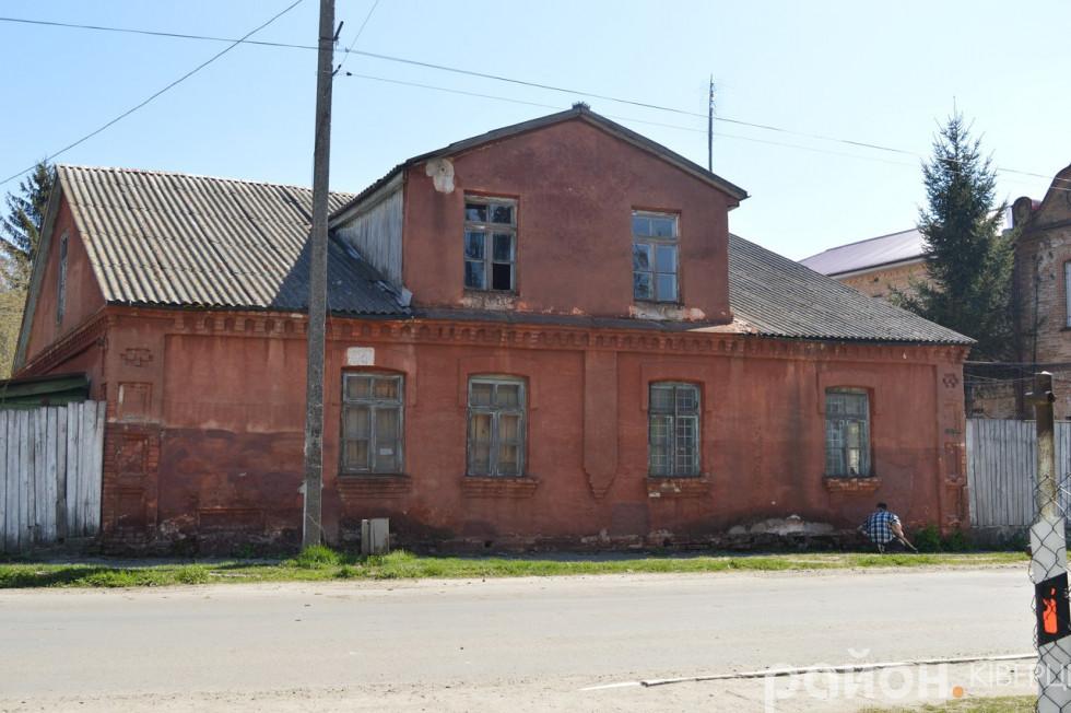 Будівля психлікарні по дорозі до костелу Святої Трійці