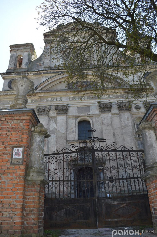 Вхід до костелу Святої Трійці