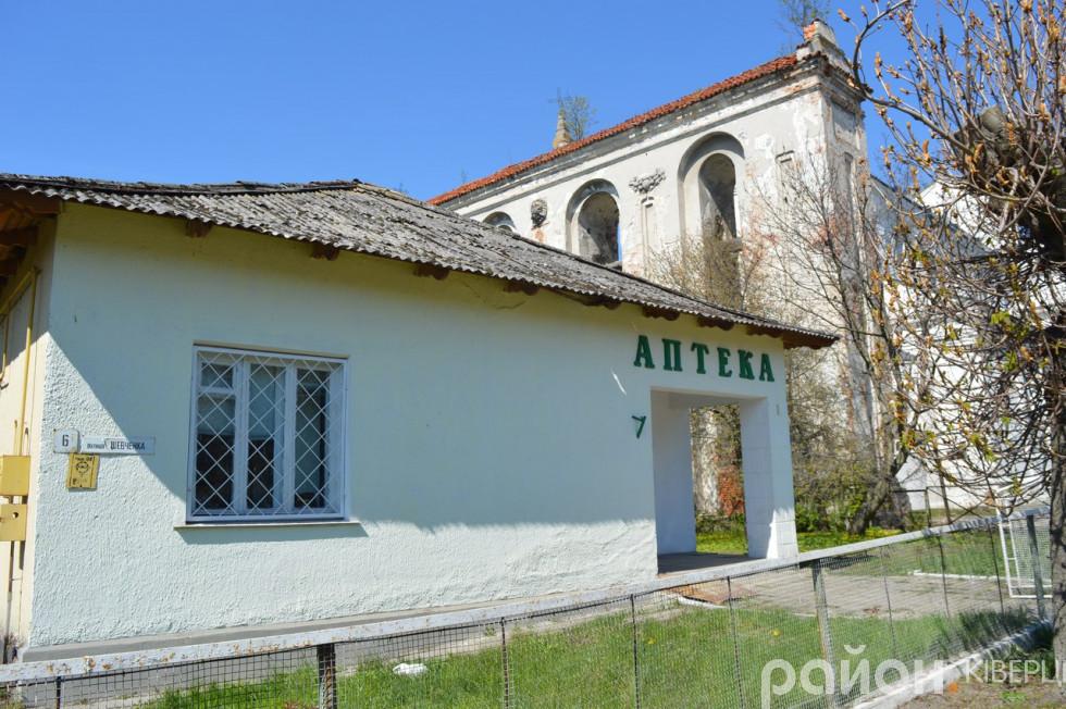 Біля костелу Святої Трійці знаходиться аптека
