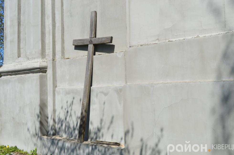 Дерев'яний хрест біля костелу святих Петра і Павла