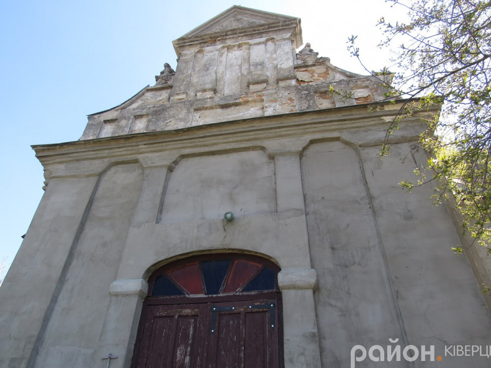 Так виглядає Костел святих Петра і Павла із ще одного боку
