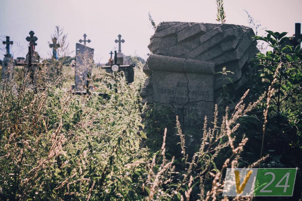 Поруч із очисними - старий цвинтар, який називають тут чеським